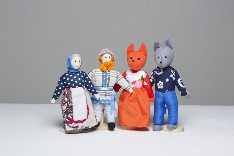 Шагающий театр. Волк и Лиса - В шагающем театре играют куклы высотой от 15 до 19 см, которые на ножках имеют карманы для пальчиков рук ребенка или взрослого. Вставив пальцы рук в эти приспособления, можно научить кукол шагать, одновременно развивая моторику рук.