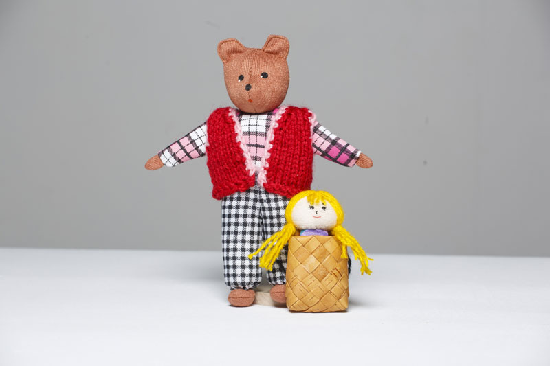 Шагающий театр. Маша и медведь - В шагающем театре играют куклы высотой от 15 до 19 см, которые на ножках имеют карманы для пальчиков рук ребенка или взрослого. Вставив пальцы рук в эти приспособления, можно научить кукол шагать, одновременно развивая моторику рук.