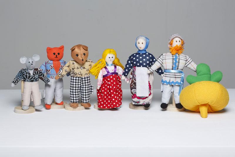 Шагающий театр. Репка - В шагающем театре играют куклы высотой от 15 до 19 см, которые на ножках имеют карманы для пальчиков рук ребенка или взрослого. Вставив пальцы рук в эти приспособления, можно научить кукол шагать, одновременно развивая моторику рук.