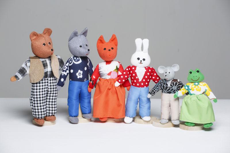 Шагающий театр. Теремок - В шагающем театре играют куклы высотой от 15 до 19 см, которые на ножках имеют карманы для пальчиков рук ребенка или взрослого. Вставив пальцы рук в эти приспособления, можно научить кукол шагать, одновременно развивая моторику рук.