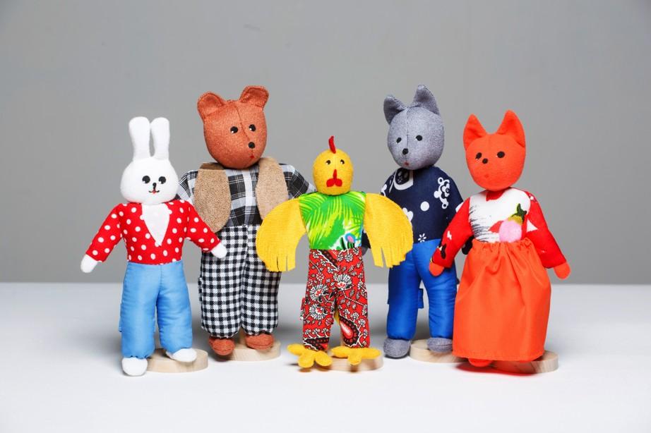 Шагающий театр. Заюшкина избушка - В шагающем театре играют куклы высотой от 15 до 19 см, которые на ножках имеют карманы для пальчиков рук ребенка или взрослого. Вставив пальцы рук в эти приспособления, можно научить кукол шагать, одновременно развивая моторику рук.