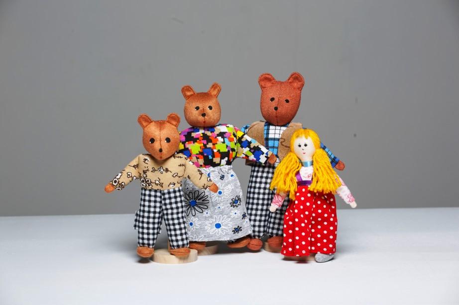 Шагающий театр. Три медведя - В шагающем театре играют куклы высотой от 15 до 19 см, которые на ножках имеют карманы для пальчиков рук ребенка или взрослого. Вставив пальцы рук в эти приспособления, можно научить кукол шагать, одновременно развивая моторику рук.