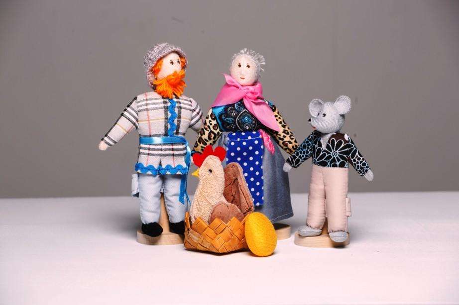 Шагающий театр. Курочка Ряба - В шагающем театре играют куклы высотой от 15 до 19 см, которые на ножках имеют карманы для пальчиков рук ребенка или взрослого. Вставив пальцы рук в эти приспособления, можно научить кукол шагать, одновременно развивая моторику рук.