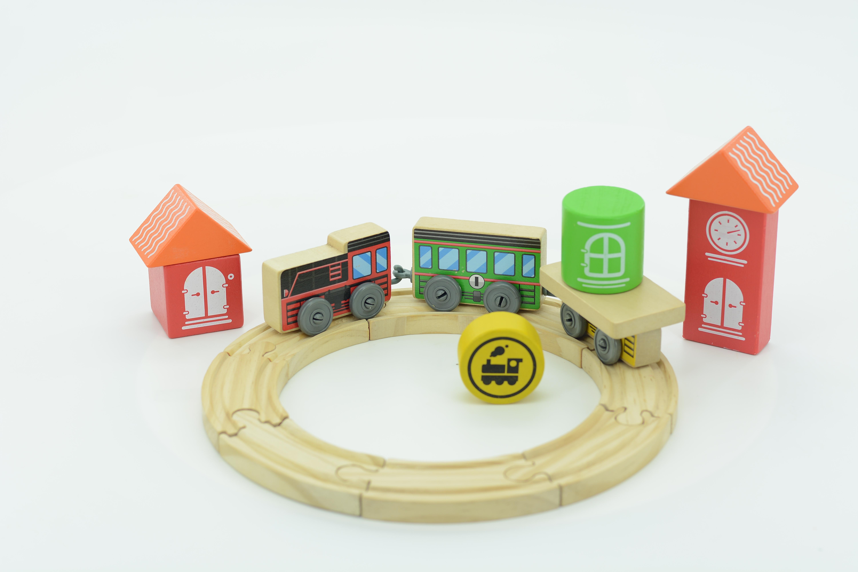 Трасса Локомотив - Полотно дороги состоит из 6 элементов, которые соединяясь друг с другом, образуют кольцо. По нему будет передвигаться локомотив с 2 вагонами, один из которых пассажирский, другой - товарный.