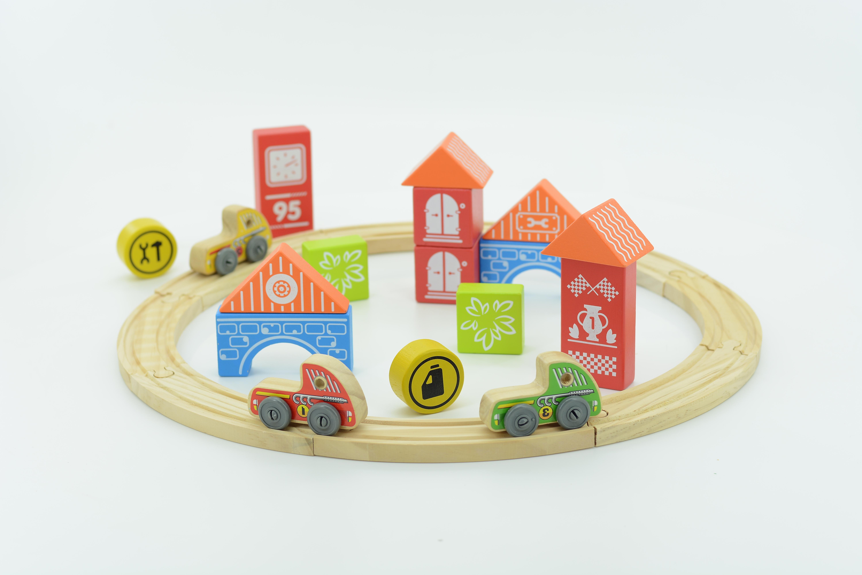 Трасса Гран-при - Элементы трассы легко собираются, а детали домиков и арок можно комбинировать и строить собственные.