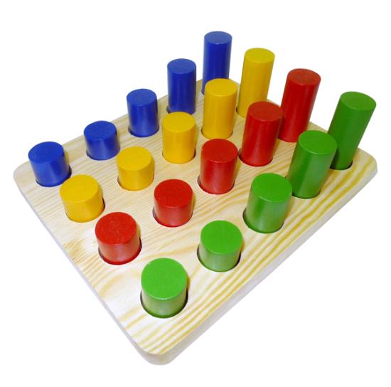 Цилиндры втыкалки (4 ряда) Д-671 - С помощью такой игры можно познакомить ребенка с названиями основных цветов, научить группировать предметы по цвету или размеру, наглядно показать понятия больше-меньше, справа-слева, сзади-спереди, посередине, изучить порядковый счет.