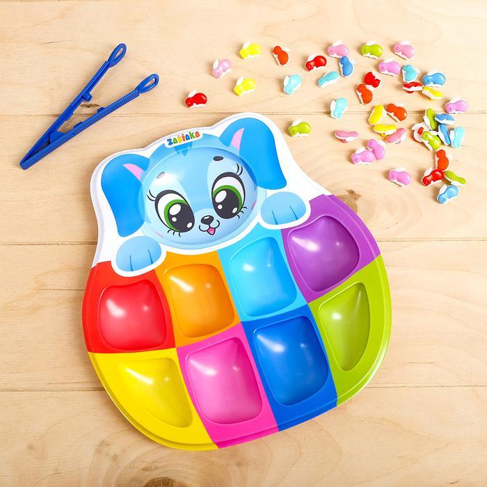 Сортер на 8 цветов «Радужные зайчики» с пинцетом - Игра создана для тренировки мелкой моторики, обучению цветам и счёту. Малыш сначала пальчиками, а потом с помощью пинцета будет раскладывать «конфетки» по отделениям. Процесс можно усложнять, добавляя новые задания.