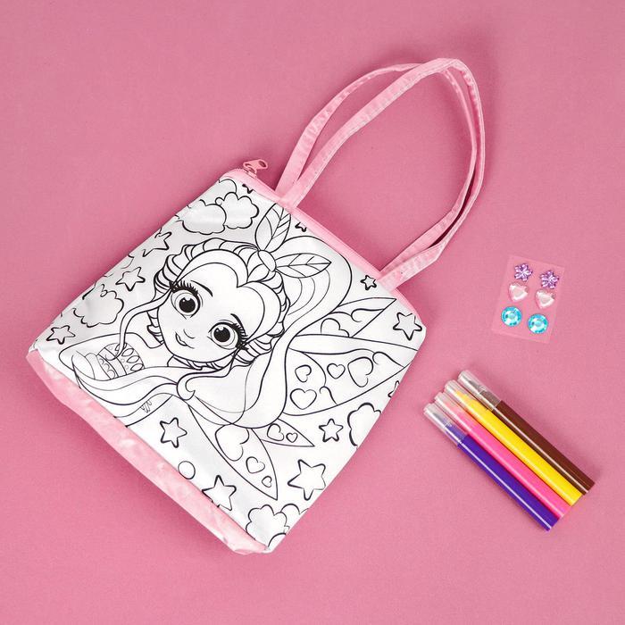 Набор для творчества Сумка-раскраска с фломастерами Фея - Каждая девочка мечтает о красивой сумочке. С таким набором модница сделает уникальный аксессуар, которому позавидуют все подружки.  В комплекте:  сумочка, фломастеры, стразы.
