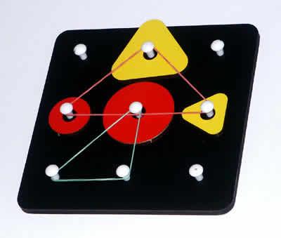 Волшебная дощечка (Оксва) - Игра предназначена для развития пространственного и ассоциативного мышления, воображения, умения действовать по заданному образцу. Благодаря данной игре у ребенка появляется возможность конструировать и рисовать с помощью игрового поля с