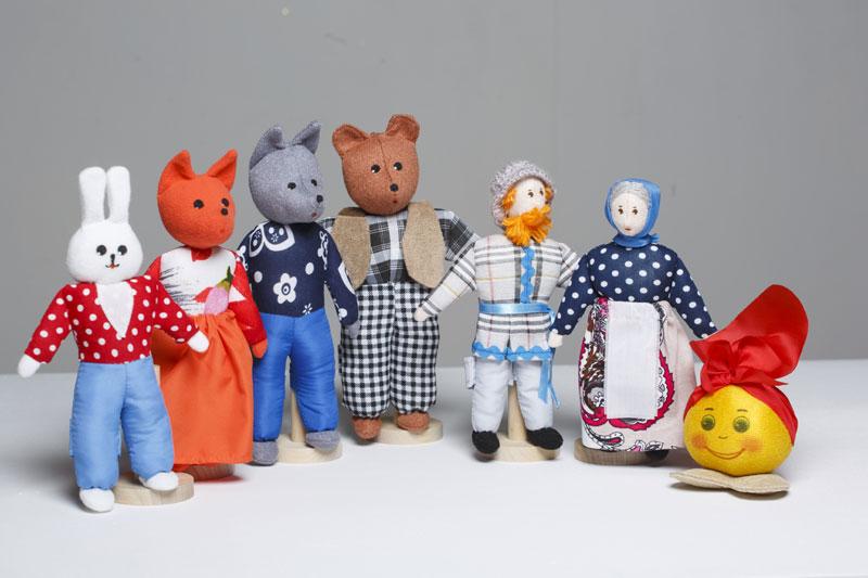Шагающий театр. Колобок - В шагающем театре играют куклы высотой от 15 до 19 см, которые на ножках имеют карманы для пальчиков рук ребенка или взрослого. Вставив пальцы рук в эти приспособления, можно научить кукол шагать, одновременно развивая моторику рук.